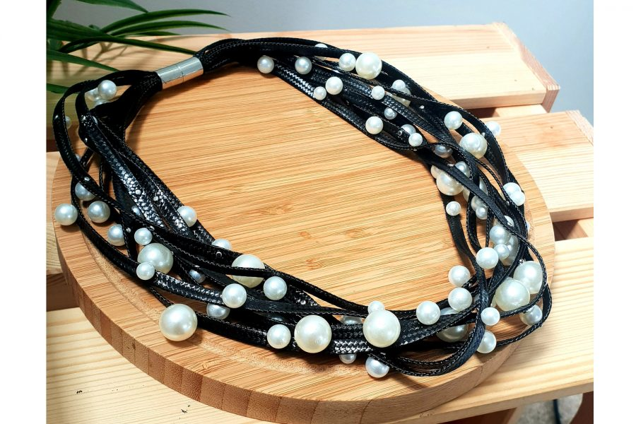 Elegant Pearl Choker Necklace with Magnetic Locking Front